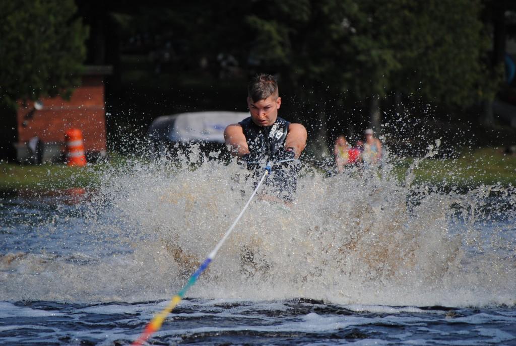 Tom Waterskiing 019